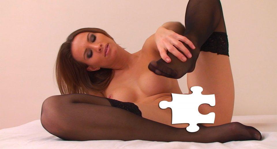 Une amtrice magnifique nue avec des bas Nylon noirs