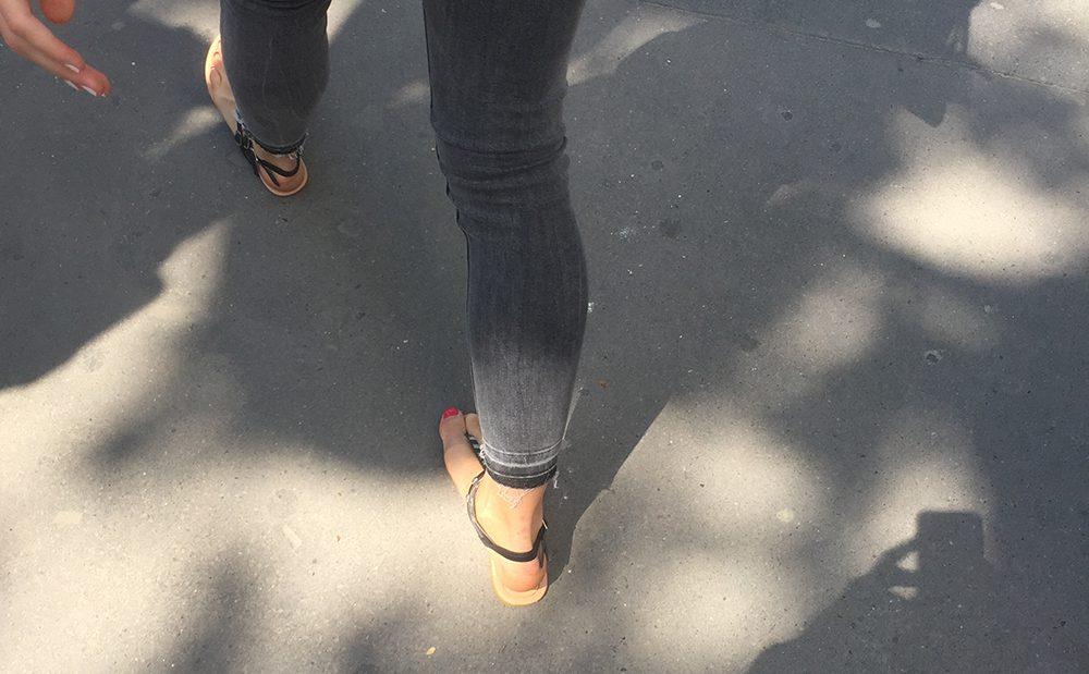 Une blonde sexy avec des sandales