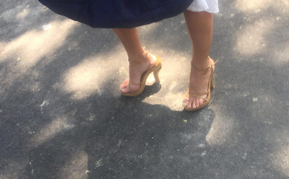 Une bourgeoise avec des pieds sexy