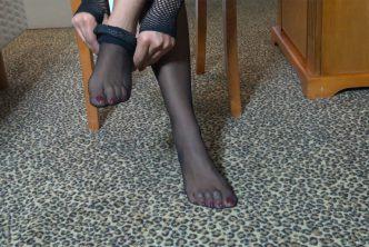 Une dominatrice noire enfile des bas Nylon