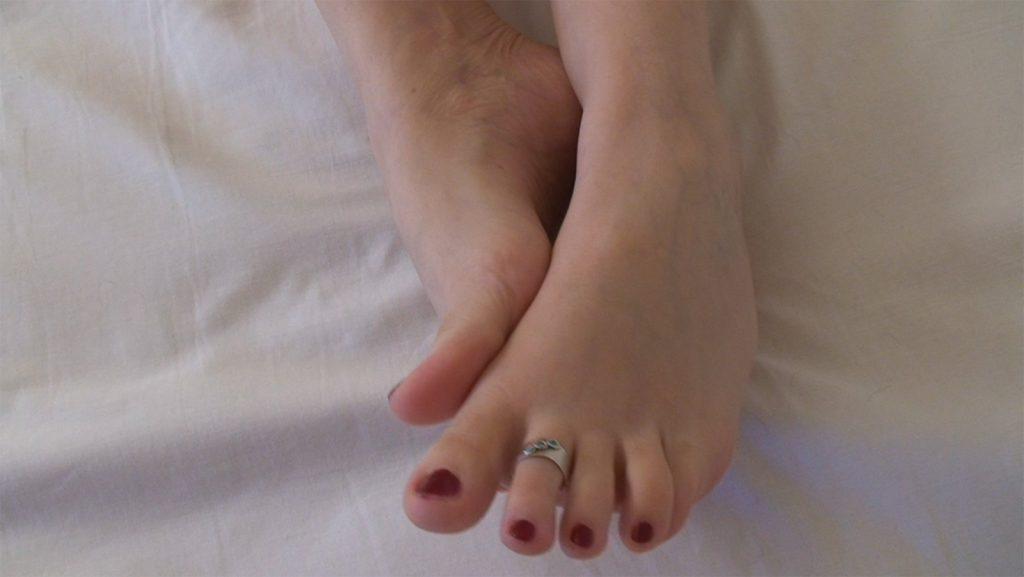 Mon ex copine nue avec un bague d'orteil