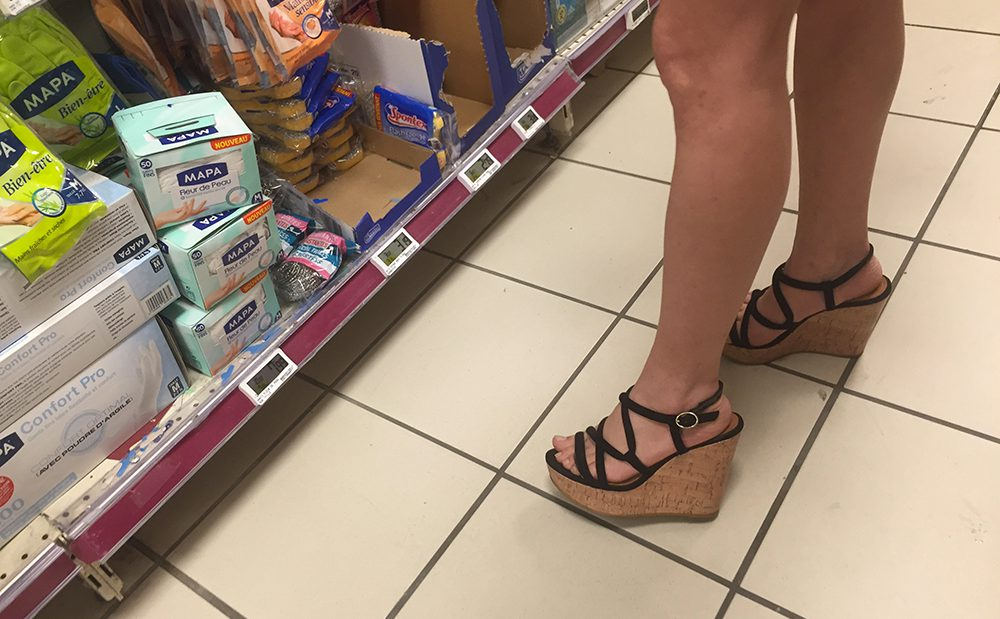 Une MILF fait ses courses dans un supermarché avec des sandales bandantes