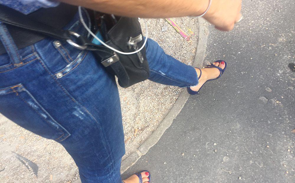 Une femme mature avec des sandales de pute
