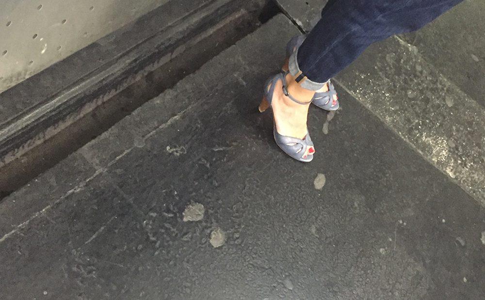 Une MILF en sandales attend le métro