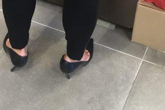 Une MILF en escarpins avec les orteils apparents
