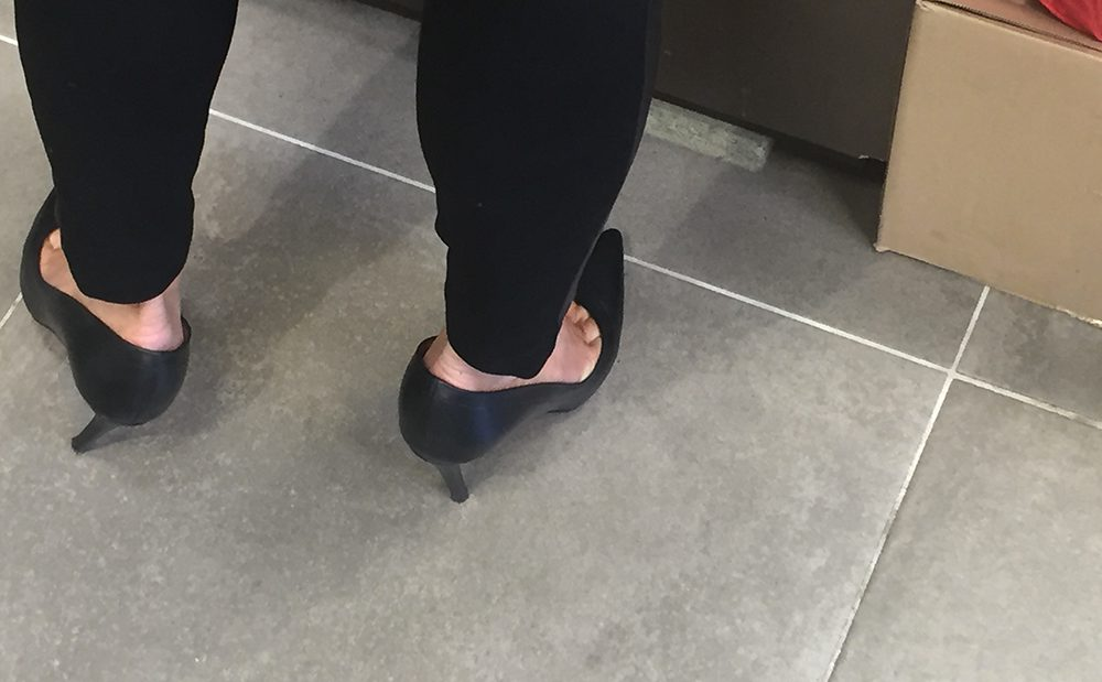 MILF in high heels shows her sexy toes