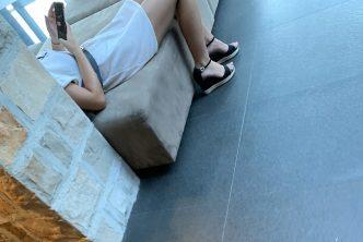 Une jeune femme allongée dans un hall d'hôtel