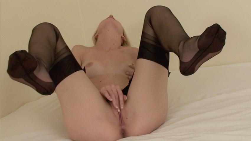 Samantha Heat spreads legs