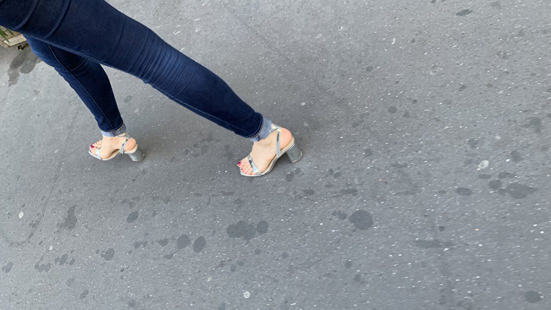 Une femme avec des sandales argentées
