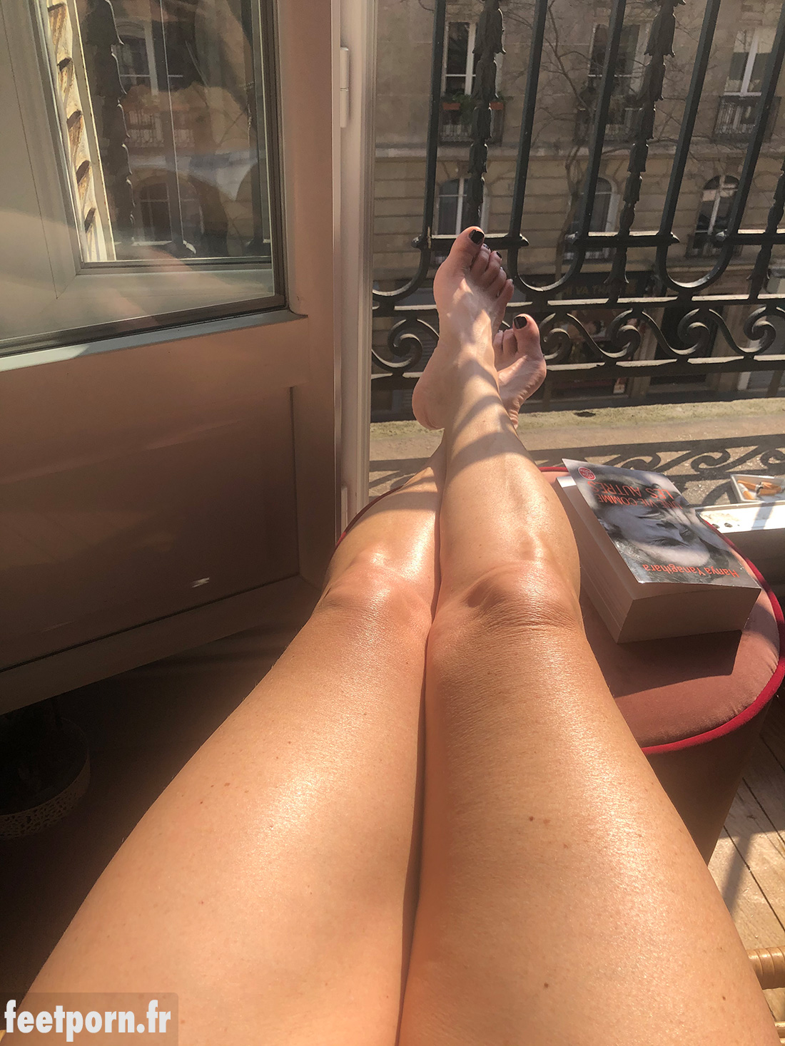 Salope nue sur le balcon