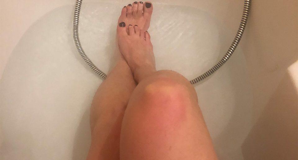 Une femme mature exhibe ses pieds dans son bain