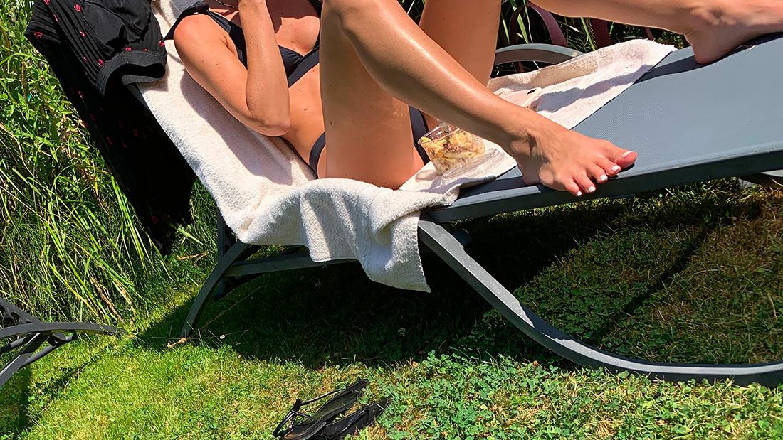 Les pieds nus d'une jeune femme en maillot de bain