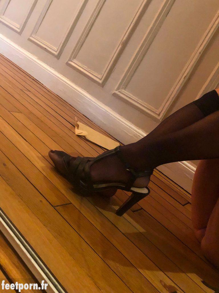 Ma salope de copine nue avec des sandales et des mi-bas noirs