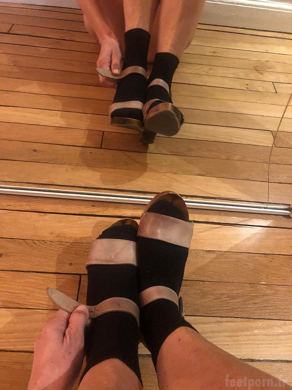 Ma copine avec un look de pute porte des chaussettes avec des sandales