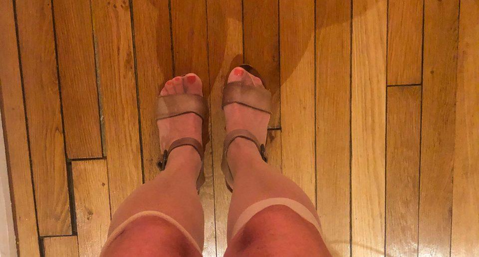 Ma copine joue la pute avec des mi-bas chairs et des sandales