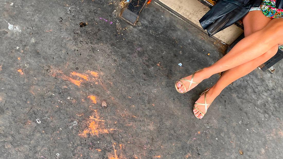 Une MILF chaude avec des sandales dorées