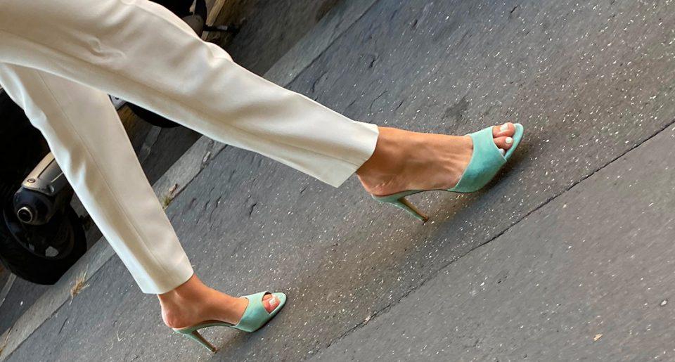 Une bourgeoise avec de très jolis pieds chaussée de mules sexy