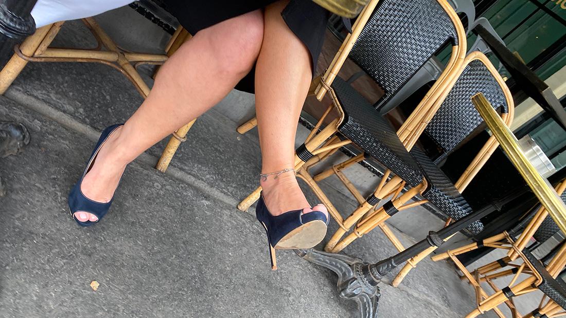 Une femme mature avec un chaîne de cheville