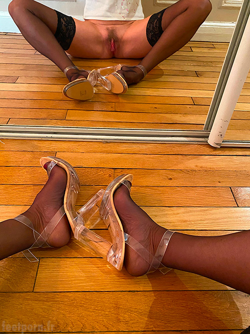 Ma pute qui porte des sandaless transparentes écarte les jambes