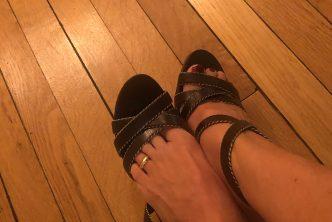 Une MILF avec des sandales et une bague d'orteil
