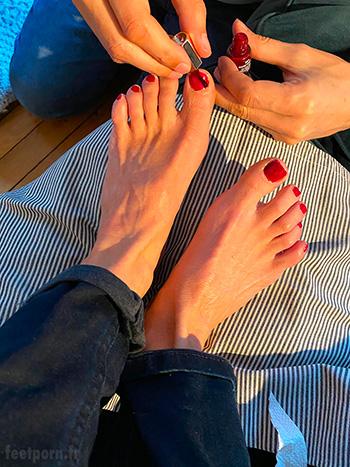 Je vernis les ongles de ma copine