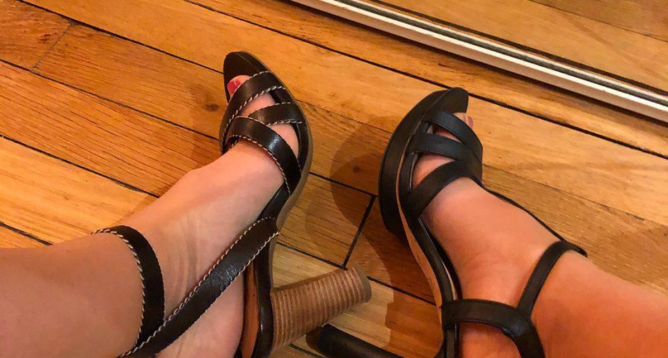 Une MILF avec des collants couleur chair et des sandales