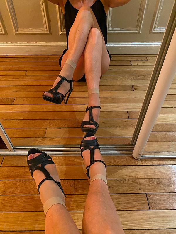 Une MILF avec des chaussettes en Nylon et des sandales