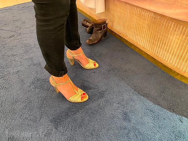 Une MILF en pantalon avec des sandales dorées