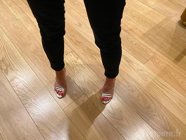 Une MILF en pantalon avec des sandales dorées de luxe