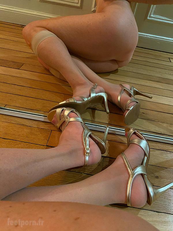 Ma salope avec des sandales dorées montre son cul
