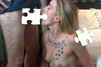 Une dominatrice blonde reçoit une éjaculation faciale